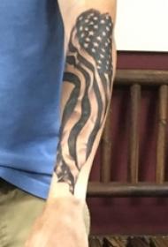 男生手臂上黑灰素描创意国旗纹身图片