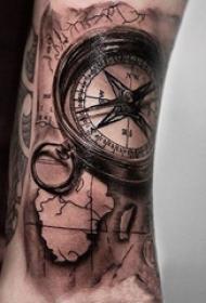 男生手臂上黑灰素描点刺技巧创意地图指南针纹身图片