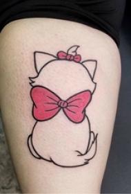 女生大腿上黑色线条可爱卡通猫咪背影纹身图片