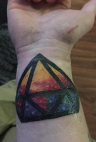 纹身钻石 男生手腕上彩色的钻石纹身图片