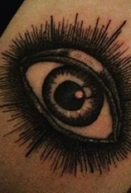 眼睛纹身 男生手臂上黑色的眼睛纹身图片