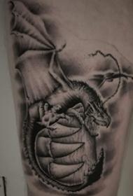 纹身大腿男 男生大腿上黑色的飞龙纹身图片