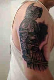 武士纹身 男生大臂上黑色的武士纹身图片
