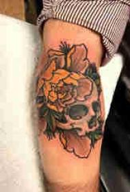 骷髅纹身 男生小腿上花朵和骷髅纹身图片