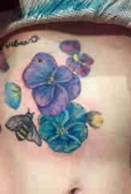 植物纹身 女生腹部彩色的紫罗兰纹身图片