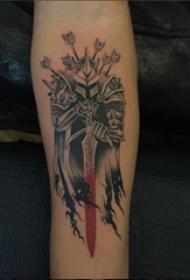 手臂纹身素材 女生手臂上彩色的武士纹身图片