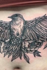 腹部纹身 女生腹部花朵和鸟纹身图片