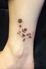 文艺花朵纹身 女生脚踝上彩色的花朵纹身图片