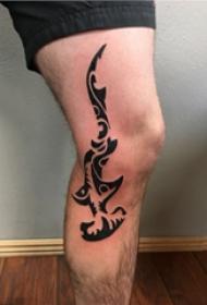 纹身腿部 男生小腿上黑色的锤头鲨纹身图片