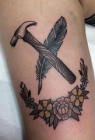 纹身大臂纹身图案  女生大臂上花朵和羽毛纹身图片