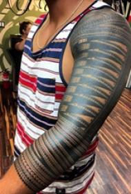 部落图腾纹身 男生手臂上黑色的部落纹身图片