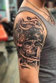 骷髅和狼纹身图案  男生大臂上黑灰的骷髅和狼纹身图片