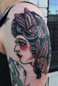 人物肖像纹身  男生大臂上蝴蝶和人物肖像纹身图片