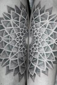 欧美拼接纹身 男生手臂上黑灰的梵花纹身图片