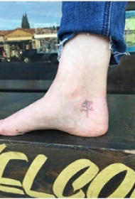 植物纹身  男生脚上黑色的植物纹身图片