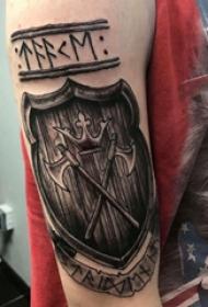 盾牌纹身图案   男生大臂上黑灰的盾牌纹身图片