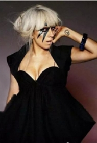 反战标志纹身  Lady Gaga手臂上黑色的反战标志纹身图片