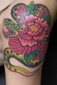 大臂纹身图 男生大臂上蛇和牡丹纹身图片
