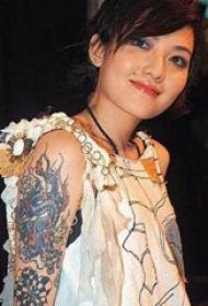 范晓萱的纹身   明星的彩绘的龙纹身图片