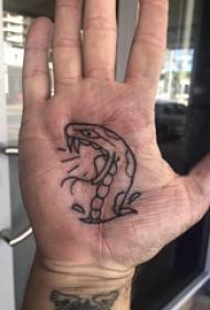 手掌小纹身 男生手掌上黑色的蛇纹身图片