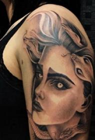 人物肖像纹身  女生大臂上蛇和人物肖像纹身图片