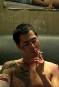 纹身师电影 人物胸部彩绘的龙纹身图片