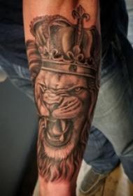 狮子王纹身  男生手臂上黑灰色的狮子王纹身图片