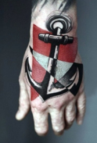 手背纹身 男生手背上彩色的船锚纹身图片