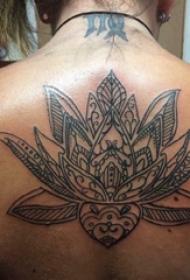 后背纹身女 女生后背上黑色的莲花纹身图片