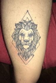 百乐动物纹身 男生大腿上菱形和狮子纹身图片