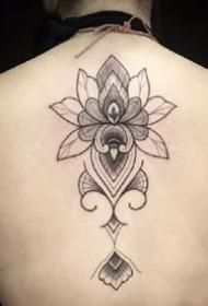 莲花图腾:适合女生做在后背的莲花纹身图片