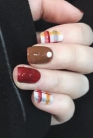 一组超美腻的秋冬格子美甲图片参考