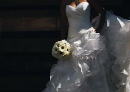 新娘拿着鲜花的图片(10张)