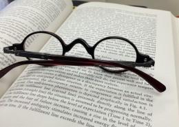 摆在书本上的眼镜图片(11张)