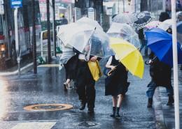雨天街道打伞的人们图片(9张)