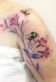 好看的女生锁骨肩部小清新花朵纹身图案