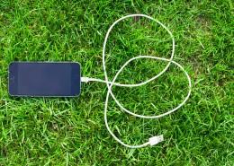 草地上的手机图片(11张)