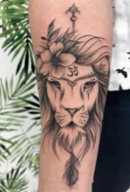 小清新线条设计风格的狮子主题纹身图案