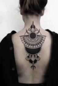 女性后颈处背部的点刺梵花纹身9张