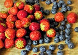 放在一起的草莓和蓝莓图片(16张)