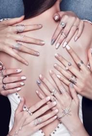 给指尖换上春色 一组创意感的简单美甲图片