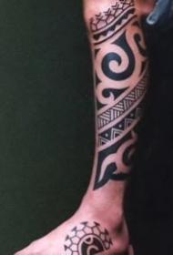 适合男性的一组图腾风格纹身作品