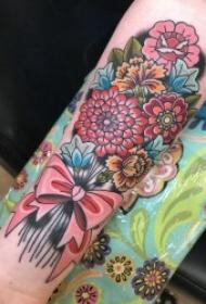 彩色花朵纹身图案 女生小手臂上纹身彩色花朵和蝴蝶结图案