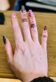 手指纹身图   9张个性而又小巧的手指纹身图案