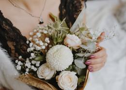 手捧鲜花的图片(11张)