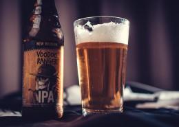 杯子里的冰冻啤酒图片(11张)