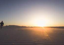沙漠中的人图片(14张)