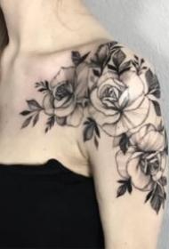 性感肩花纹身 适合女生的锁骨肩部花朵纹身图片