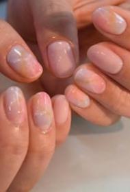 一波粉嫩粉嫩的美甲设计,淡淡的大理石纹很好看呀