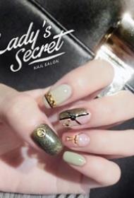 长指甲女生适合的美甲款式,显得手指更加修长